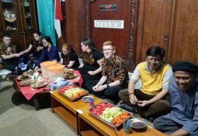Paulus Hartono (second from right) and the imam (right) of a mosque in Solo share a traditional Indonesian meal with choir members. Photo provided by MCCL.
